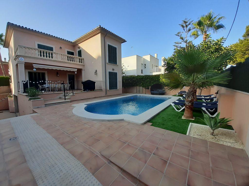 Blick auf das Haus mit Pool